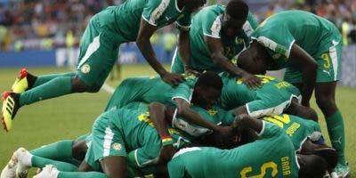 Jugadores de  Senegal,  celebran el gol que le dio la victoria ayer ante el equipo de Polonia. AP
