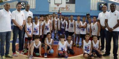 Directiva del club San Lázaro junto a niños  entrenan baloncesto en su local .   josÉ  de león