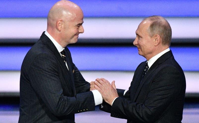 Gianni Infantino, de la FIFA, y el presidente  Vladimir Putin.