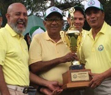 Los golfistas veganos mientras reciben el trofeo.