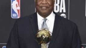 El inmortal de la NBA, Oscar Robertson. recibe su premio. AP