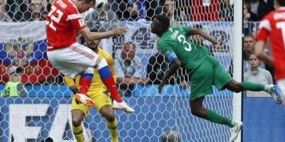 Artyom Dzyuba  marca un gol ayer, en el primer triunfo de Rusia en el Mundial ante la selección de Arabia Saudita por 5-0.