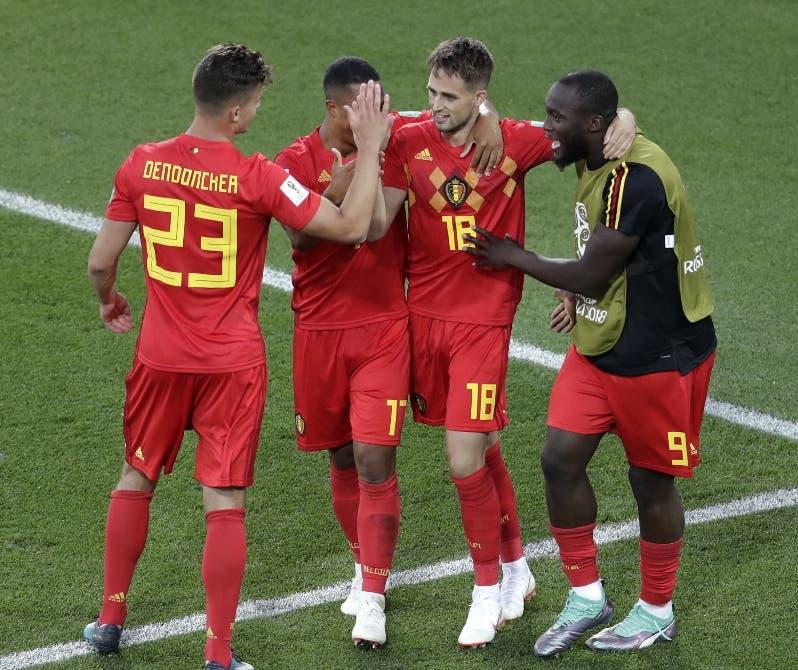 Adnan Januzaj celebra con sus compañeros el gol que dio el triunfo a su equipo.  EFE