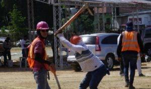 Obreros preparan lugar donde será el acto de inicio de trabajo.