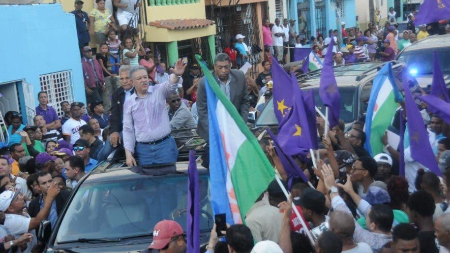 El expresidente Leonel Fernández  durante un  recorrido realizado en varios  barrios del Distrito Nacional.  Nicolás Monegro
