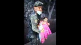 Una bebé de pocos meses fue encontrada viva entre los escombros de la aldea de El Rodeo