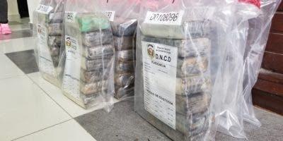 Los 60 paquetes de droga incautados por agentes de la DNCD.