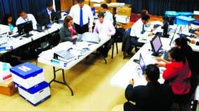 Técnicos de la Procuraduría mientras analizan documentos sobre Odebrecht.  Archivo