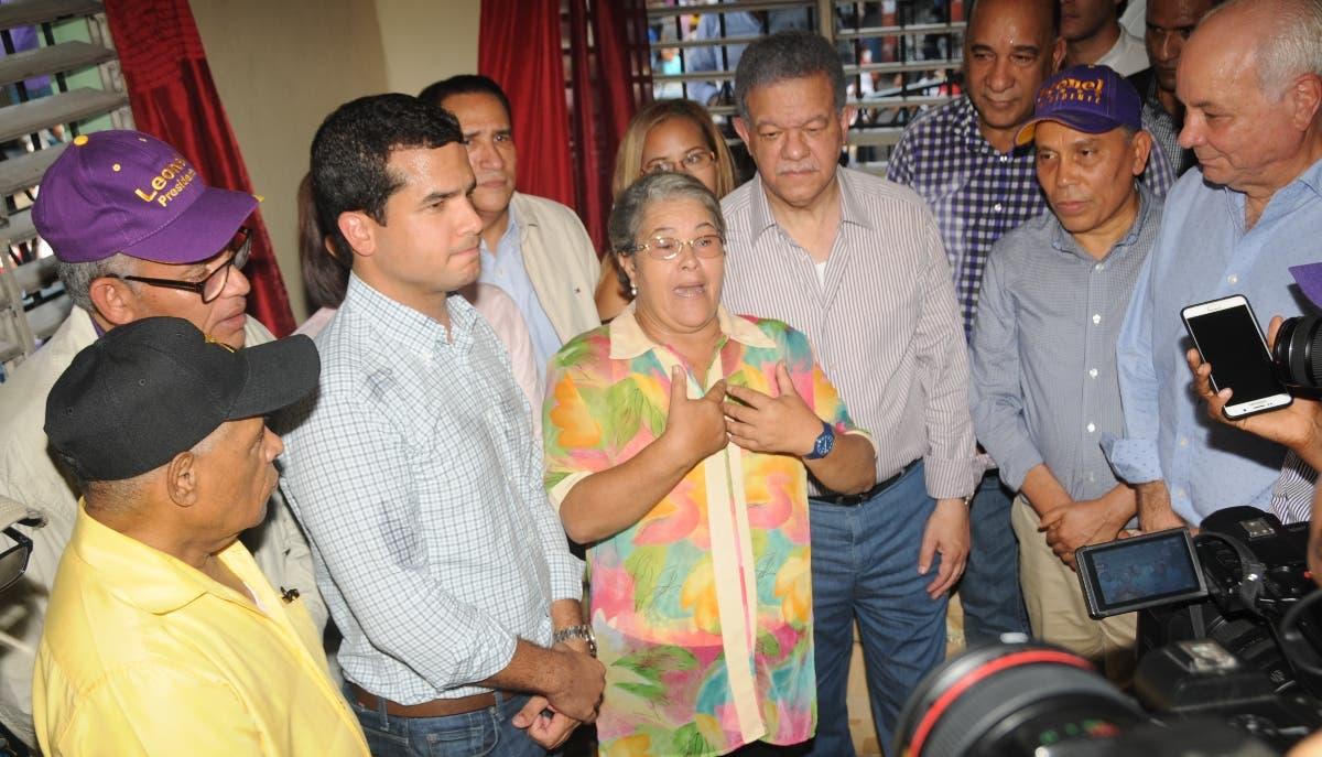 El expresidente visitó casas de dirigentes peledeístas de los sectores.  NICOLÁS MONEGRO