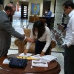 Francisco Campos y otros representantes de Roberto Rodríguez cotejaban  los documentos  depositados  en SCJ.  Archivo