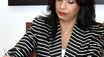 Franchesca de los  Santos  cuando firma acuerdo.