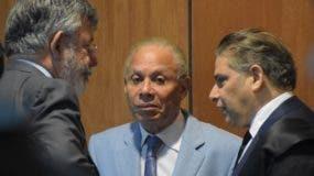 Víctor Díaz Rúa y Ángel Rondón  conversan con el abogado Tony Delgado.  archivo