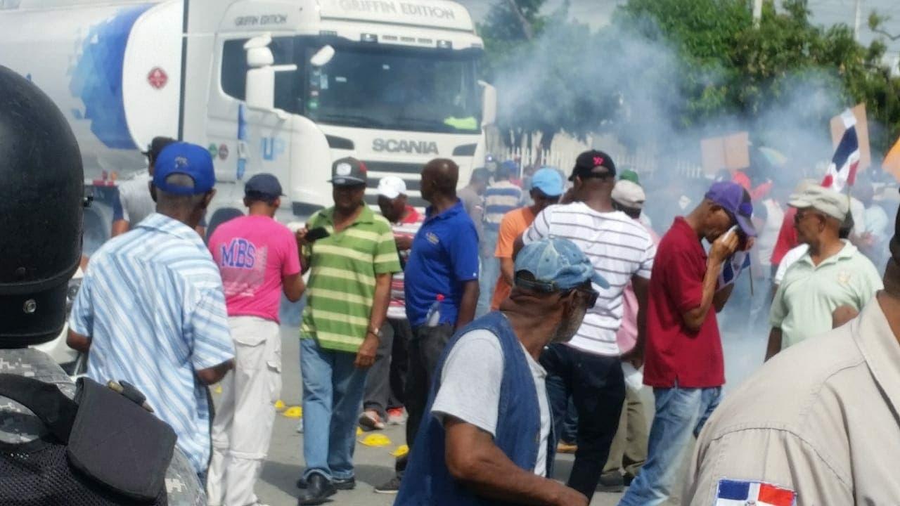 Policía reprime a extrabajadores del puerto de Haina que reclaman pago de prestaciones