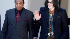 En esta foto del 15 de marzo del 2005, el astro del pop Michael Jackson sale del Juzgado del Condado de Santa Bárbara con su padre, Joe, en Santa María, California, tras un día de testimonios en el juicio de Jackson bajo cargos de abuso de menores. Joe Jackson, el patriarca del clan musical más famoso de Estados Unidos, falleció, dijo una fuente familiar el miércoles 27 de junio del 2018. Tenía 89 años. (AP Foto/Michael A. Mariant, Archivo)