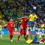 El brasileño Thiago Silva cuando anotaba su segundo gol frente a Serbia, en el triunfo de su equipo 2-0.