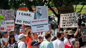 Activistas se reúnen para protestar contra la política del gobierno de Donald Trump de separar a los niños de sus padres inmigrantes en la Plaza Lafayette frente a la Casa Blanca, el sábado 30 de junio de 2018 en Washington. (AP Foto/Alex Brandon)