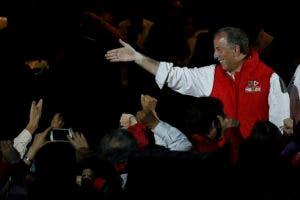 Jose Antonio Meade, del Partido Revolucionario Institucional (PRI), saluda a partidarios durante un mitin.
