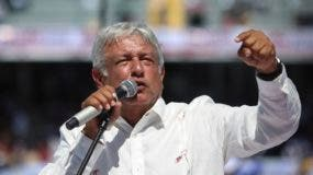 """Las últimas encuestadas señalan que AMLO tendría la preferencia efectiva del 44% de los ciudadanos si las elecciones fueran hoy contra el 28% de su contrincante Ricardo Anaya de """"Por México al Frente"""" y el 26% del oficialista José Antonio Meade."""