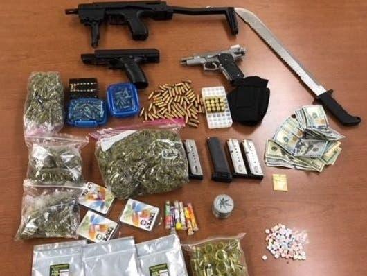 Los hispanos están acusados de ofensas con armas, posesión de drogas, prostitución y distribución de estupefacientes cerca de una escuela y un parque público.