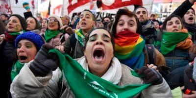 Los defensores del proyecto que pernoctaron en la zona celebraron el resultado con gritos, cánticos y saltos de alegría. Otros lloraron y se abrazaron.