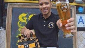 """El dominicano Juan Camilo con su cerveza """"Dyckman Brew"""", en honor a la calle """"Dyckman"""" establecida en el sector de Inwood en el Alto Manhattan y donde residen veintenas de miles de quisqueyanos."""