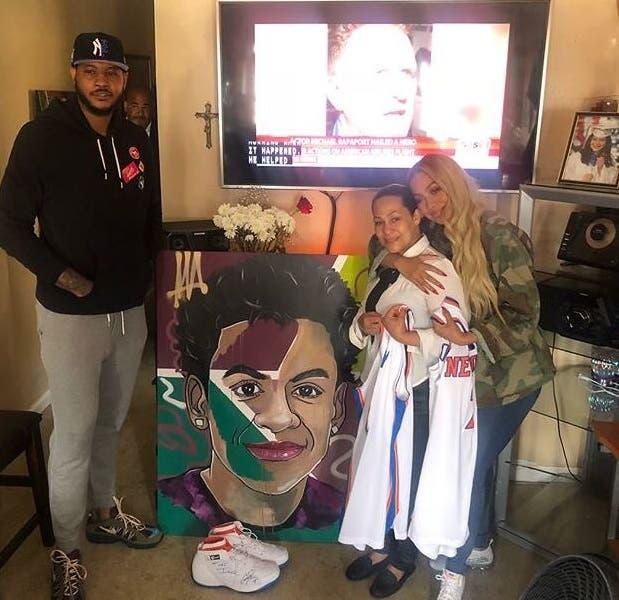 El NBA Carmelo Anthony y su esposa junto a la madre de Lesandro Guzmán Féliz, el joven asesinado por una pandilla en el Bronx.