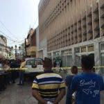 Decenas de curiosos se han aglomerado en el lugar donde desconocidos mataron a la joven.