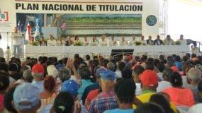 El presidente Danilo Medina entregó hoy 839 títulos definitivos de parcelas y solares, a personas que tenían 55 años viviendo y produciendo en estos terrenos.