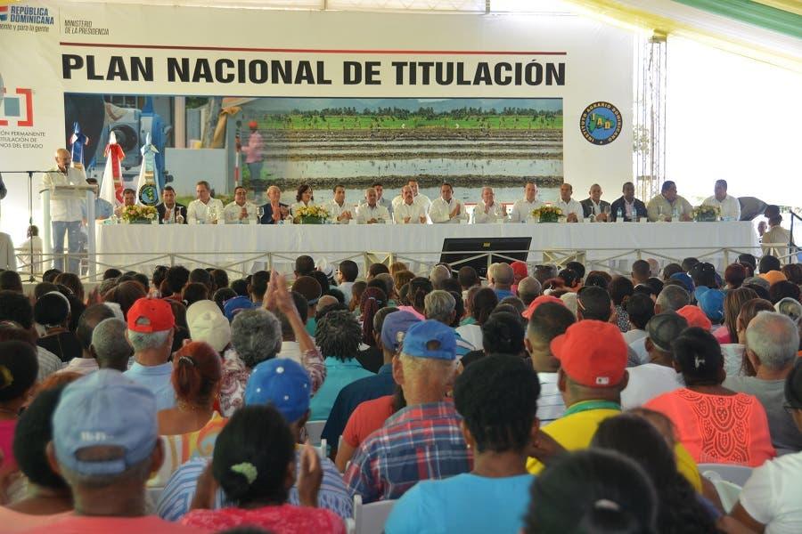Danilo Medina entregó 839 títulos definitivos a productores y dueños de solares en Palmar de Ocoa