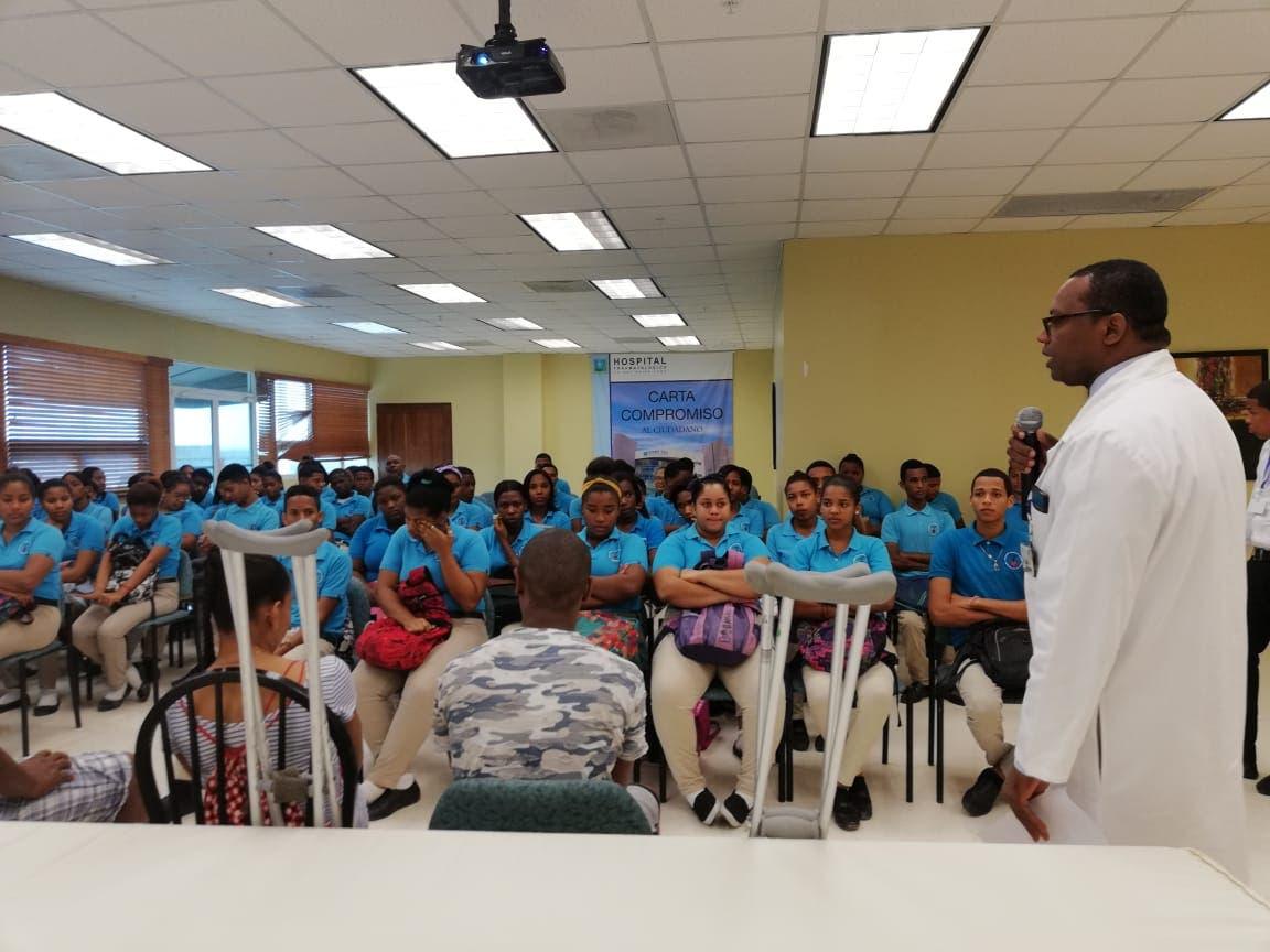 Hospital Ney Arias Lora imparte charla a jóvenes para evitar accidentes de tránsito