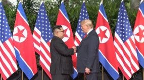 El presidente  Donald Trump y el líder norcoreano  Kim Jong Un se dan la mano. AP