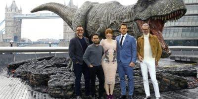 Desde la izquierda, el guionista Colin Trevorrow, director J.A. Bayona, y los actores Bryce Dallas Howard, Chris Pratt y Jeff Goldblum posan para los fotógrafos en la convocatoria de la película 'Mundo Jurásico: Reino Caído', en el centro de Londres.  AP