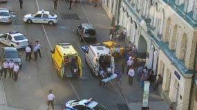 Imagen facilitada por la oficina de prensa del Centro de Control de Tránsito de Moscú, que muestra ambulancias y vehículos de la policía en el sitio donde un taxi atropelló a varios peatones en una acera cerca de la Plaza Roja en Moscú, el sábado 16 de junio de 2018. (Oficina de prensa del Centro de Control de Tránsito de Moscú vía AP)