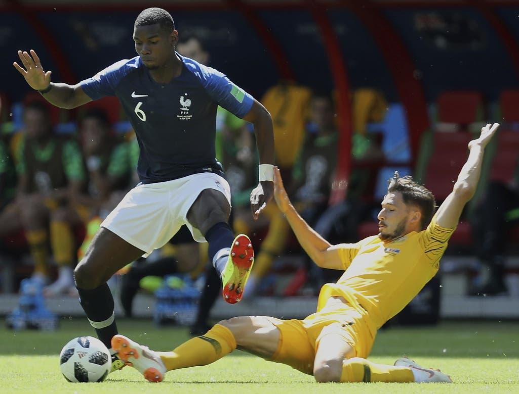 El volante de Francia Paul Pogba (izquierda) y el extremo de Australia Mathew Leckie pugnan un balón en el partido por el Grupo C del Mundial en Kazán, Rusia. (AP Foto/David Vincent)