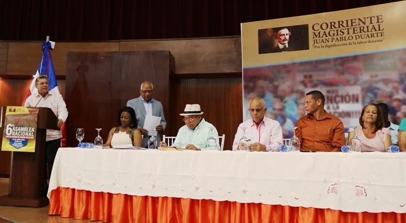 El embajador de Venezuela en el país, Alí Uzcátegui Duque, en el acto de la corriente magisterial Juan Pablo Duarte celebrado ayer en el Aula Magna de la UASD.