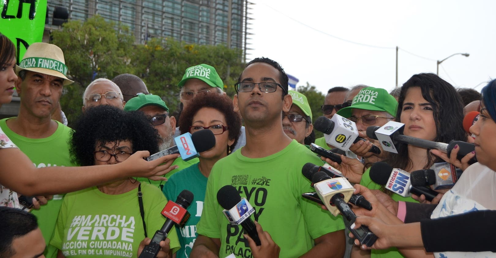 Jhonatan Liriano habla durante la rueda de prensa  de la Marcha Verde.