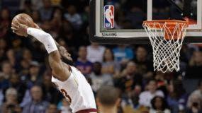 ARCHIVO - En imagen de archivo del 28 de marzo de 2018, LeBron James, de los Cavaliers de Cleveland, se eleva para clavar el balón en duelo ante los Hornets, en Charlotte, Carolina del Norte. (AP Foto/Chuck Burton, archivo)