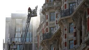bomberos trabajan en la extinción de un incendio declarado esta tarde en un hotel de lujo en el centro de Londres.