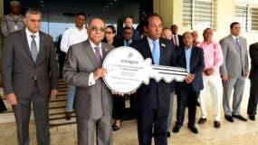 Milton Ray Guevara recibe la llave simbólica de manos de Jorge Radhamés Zorrilla Ozuna, director del Inespre.