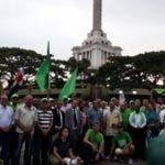 Grupo de santiagueros anticorrupción frente al monumento a los Héroes de la Restauración.