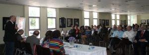 Matías Bosch, de la Fundación Juan Bosch, habla al público durante el evento.