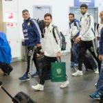Lionel Messi, centro, camina mientras el equipo nacional de fútbol de Argentina llega al aeropuerto internacional Zhukovsky a las afueras de Moscú, Rusia. AP