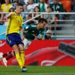 El sueco Mikael Lustig, izquierda, y el mexicano Hirving Lozano desafían el balón durante el partido del grupo F entre México y Suecia, en la Copa Mundial de fútbol 2018 en el Yekaterinburg Arena en Yekaterinburg, Rusia, el miércoles 27 de junio de 2018. AP