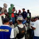 Inmigrantes haitianos detenidos en la frontera por autoridades de Migración de República Dominicana.