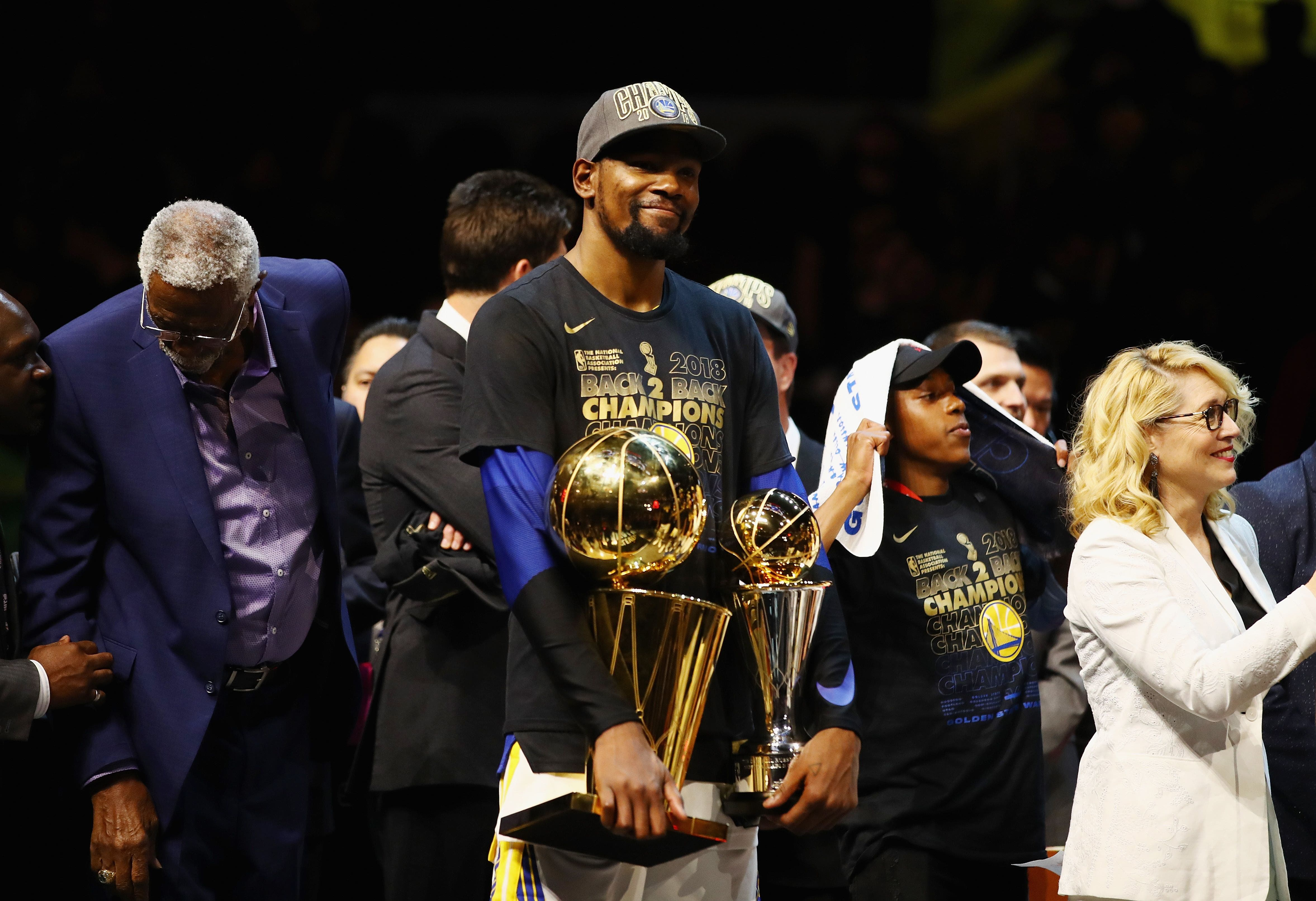 Kevin Durant # 35 de los Golden State Warriors celebra con el Trofeo Larry O'Brien y el trofeo MVP después de derrotar a los Cavaliers de Cleveland durante el cuarto partido de las Finales de la NBA 2018 en Quicken Loans Arena el 8 de junio de 2018 Cleveland Ohio. AFP.