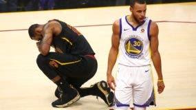 LeBron James # 23 de los Cleveland Cavaliers reacciona contra Stephen Curry # 30 de los Golden State Warriors durante el cuarto partido de las finales de la NBA 2018 en Quicken Loans Arena el 8 de junio de 2018 en Cleveland, Ohio. AFP