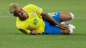 El delantero de Brasil Neymar gesticula durante el partido contra Suiza por el Grupo E del Mundial en Rostov, Rusia, el domingo 17 de junio de 2018. (AP Foto/Andre Penner)