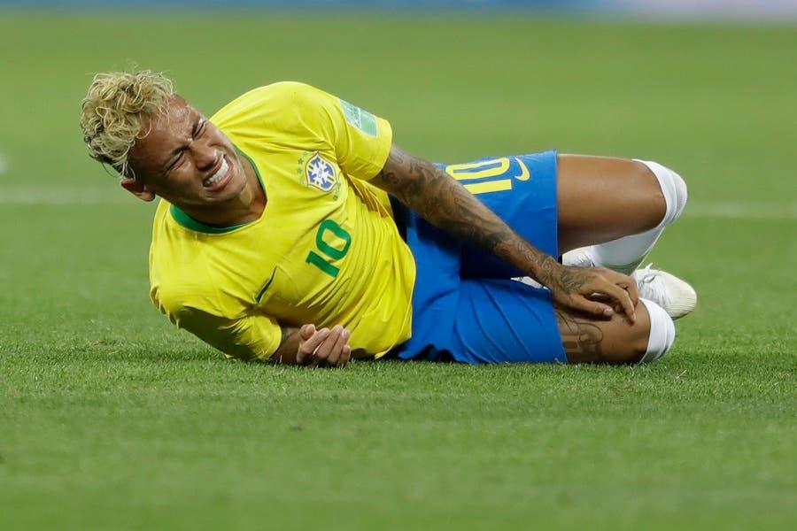 1. El delantero de Brasil Neymar gesticula durante el partido contra Suiza por el Grupo E del Mundial en Rostov, Rusia, el domingo 17 de junio de 2018. (AP Foto/Andre Penner)