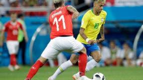 El suizo Valon Behrami, izquierda, y el brasileño Neymar desafían el balón durante el partido del grupo E entre Brasil y Suiza en la Copa Mundial de fútbol 2018 en el Rostov Arena en Rostov-on-Don, Rusia, el domingo 17 de junio de 2018. (AP Photo / Felipe Dana)