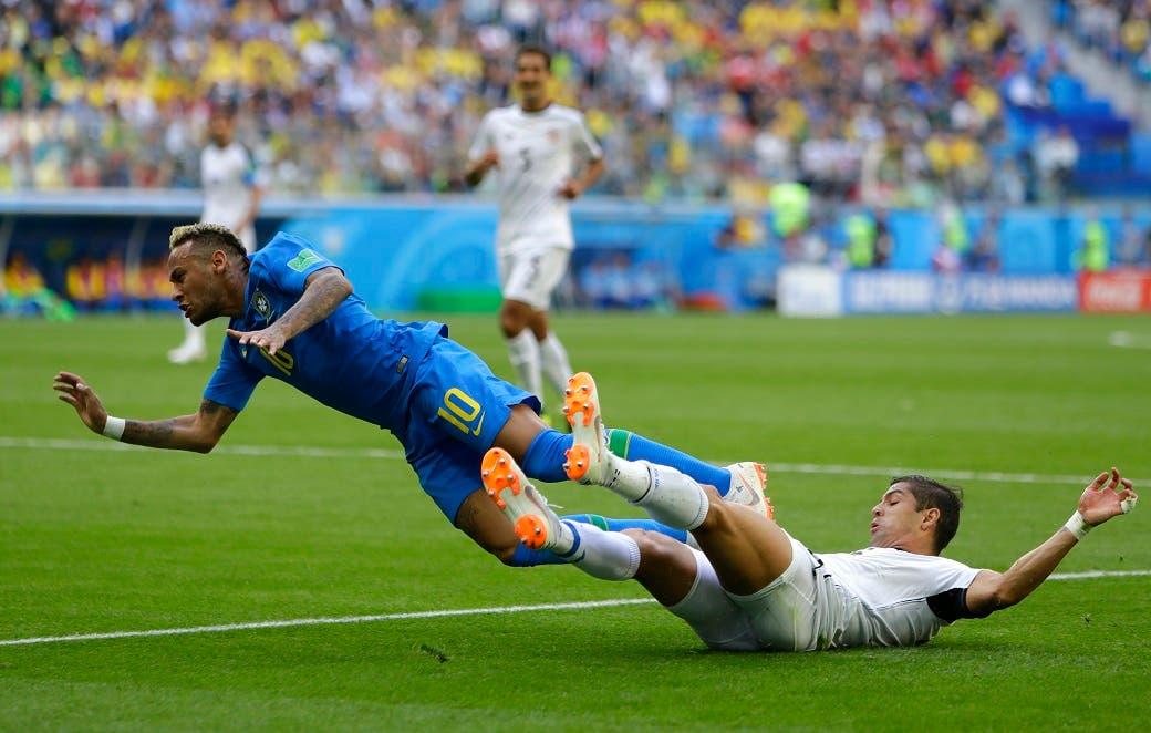 4. Otro caída de Neymar en el juego contra Costa Rica.